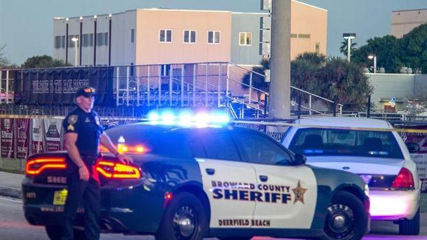 Oficiales de la policía hacen guardia tras el tiroteo registrado en la escuela secundaria Marjory Stoneman Douglas de la ciudad de Parkland, en el sureste de Florida (EFE)