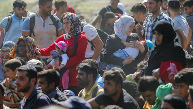 Oleadas de inmigrantes arriban cada día a las costas europeas (Foto EFE)