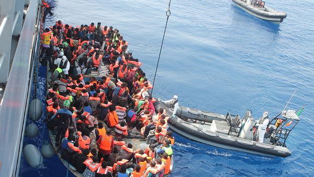 Operación de rescate en junio de 2015 de una embarcación repleta de refugiados en aguas del Mediterráneo. (CC)