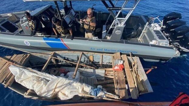 Un agente del equipo de Operaciones aéreas y marítimas del Servicio de Aduana y Protección Fronteriza intercepta una rústica embarcación frente a los Cayos de Florida, EE UU). (EFE/Guardia Costera)