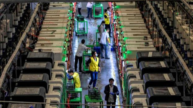 Operarios chinos trabajan en la fábrica Everwin Precision Technology. (EFE)