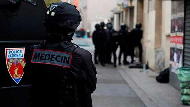 Operativo policial en el barrio parisino de Saint-Denis contra los presuntos autores de los atentados del 13 de noviembre. (EFE)