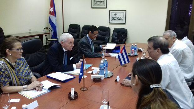 Reunión del viceministro y el director general de la Organización Internacional para las Migraciones, William Lacy Swing. (Twitter)