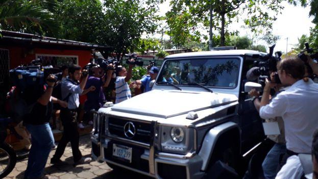 """Ortega y Murillo fueron recibidos a su llegada a la mesa de diálogo con gritos de """"asesino"""". (@CSMaldonado)"""