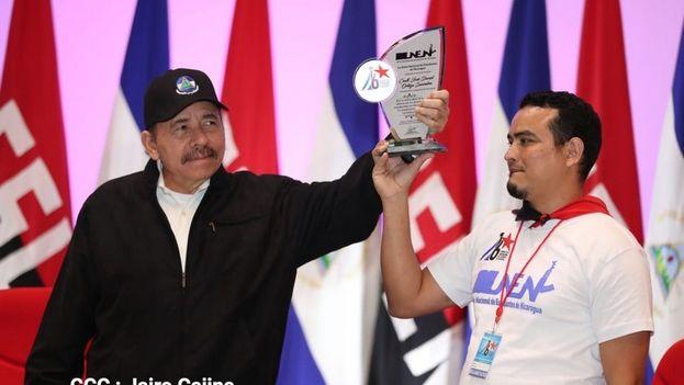 Daniel Ortega recibe un reconocimiento de parte de la UNEM de manos de Luis Andino. (Presidencia Nicaragua)