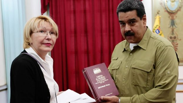 La exfiscal Luisa Ortega junto al presidente de Venezuela, Nicolás Maduro. (Archivo)