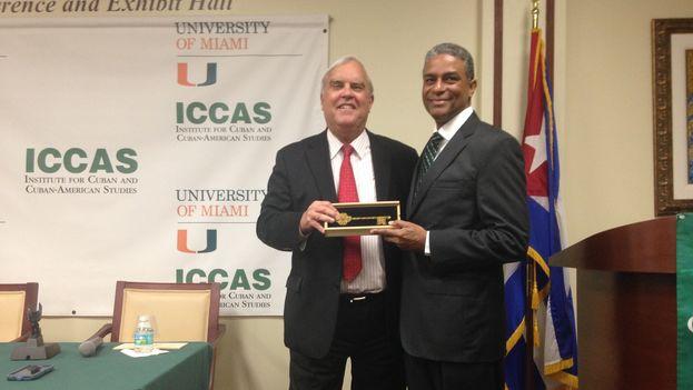 El opositor cubano Óscar Elías Biscet y el alcalde de Coral Gables, James Cason. (14ymedio)