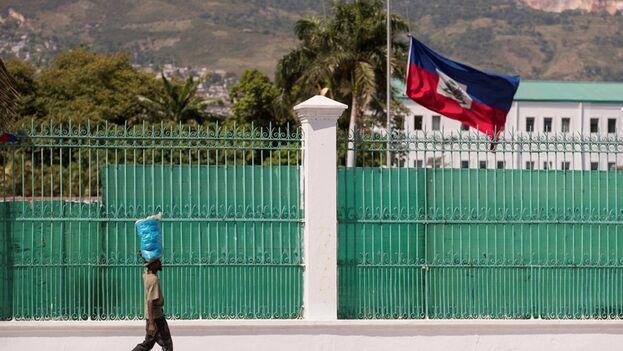 La bandera nacional haitiana ondea a media asta en el Palacio Nacional, este sábado, en Puerto Príncipe. (EFE/ Orlando Barría)