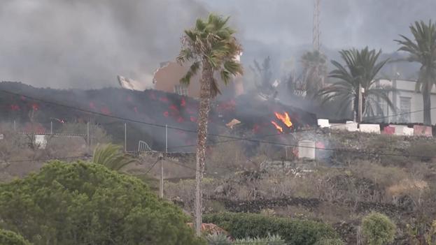 La lava del nuevo volcán en La Palma ha arrasado con cultivos y algunas casas, en El Paso. (Captura)