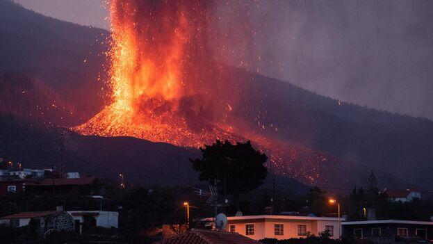 La erupción que comenzó el domingo en La Palma se encuentra este jueves en su quinto día de actividad. (EFE/Carlos de Saá)