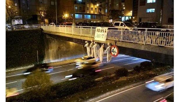 """Cinco muñecos colgados en un puente de Pamplona tenían encima de sus cabezas un cartel con la palabra """"Justicia"""" y las fotos de los cinco acusados de La Manada. (Twitter)"""
