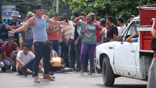 Un grupo de inmigrantes cubanos cortó la carretera interamericana en frontera entre Costa Rica y Panamá en protesta por ser retenidos. (Álvaro Sánchez/cortesía/El Nuevo Herald)