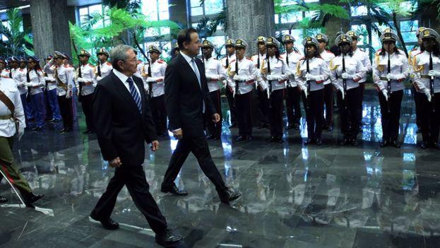 El presidente de Panamá, Juan Carlos Varela, junto a su homólogo cubano, Raúl Castro, en La Habana. (Presidencia de Panamá)