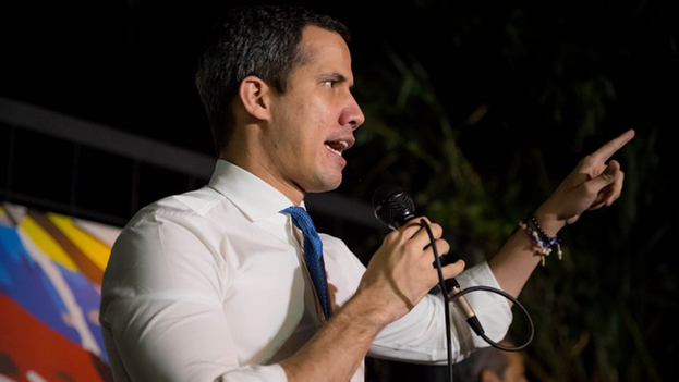 El Parlamento venezolano aprobó este sábado extender por un año las funciones del líder opositor Juan Guaidó como jefe del Legislativo y presidente interino del país. (EFE/Miguel Gutiérrez)