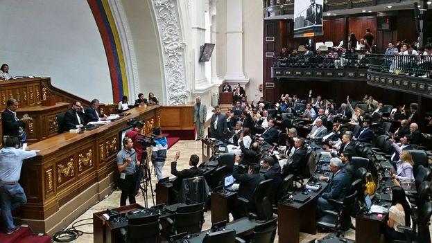 El Parlamento venezolano aprobó una batería de medidas para tratar de frenar las iniciativas presidenciales que consideran lesivas con el sistema democrático. (@AsambleaVE)