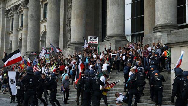 Un grupo de neonzis intentó asaltar el Parlamento tras una manifestación de unas 30.000 personas indignadas con las medidas contra el covid del Gobierno. (EFE)