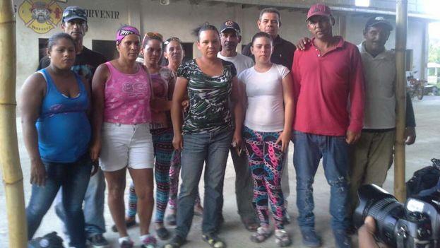 Parte del grupo de balseros cubanos que fue rescatado cerca de Isla del Cisne