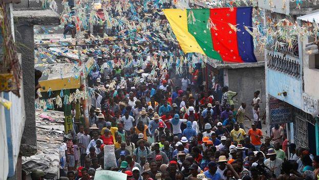 Participantes en la marcha convocada por la oposición haitiana este viernes en Puerto Príncipe. (EFE/Orlando Barría)