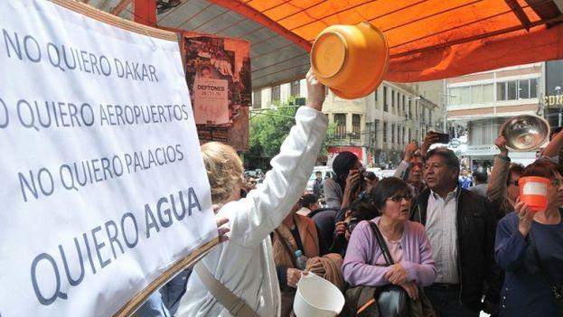 """Participantes en la marcha de """"baldes vacíos"""" piden agua en La Paz. (APG)"""