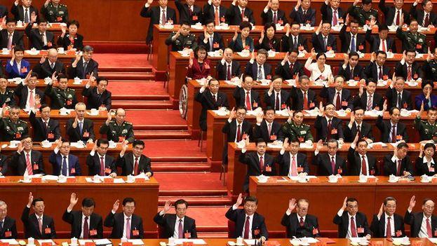 Los delegados del Partido Comunista Chino votan por unanimidad en el Congreso. (EFE/ Wu Hong)
