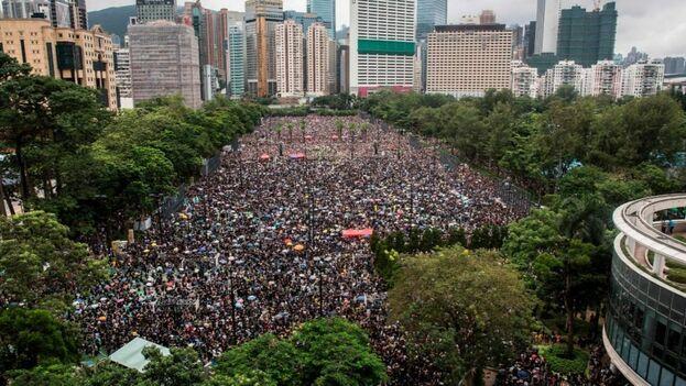 Pasadas varias horas desde el inicio de la manifestación, riadas de gente se seguían dirigiendo a Victoria Park. (EFE)
