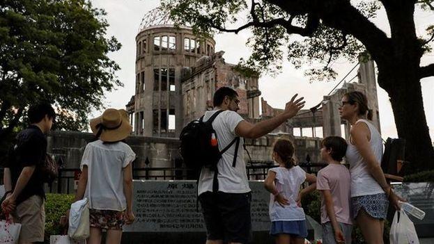 La mayor parte de los visitantes observan en silencio la Cúpula de la Bomba Atómica, Patrimonio de la Humanidad de la UNESCO y símbolo del sufrimiento al que tuvo que hacer frente Hiroshima. (EFE)