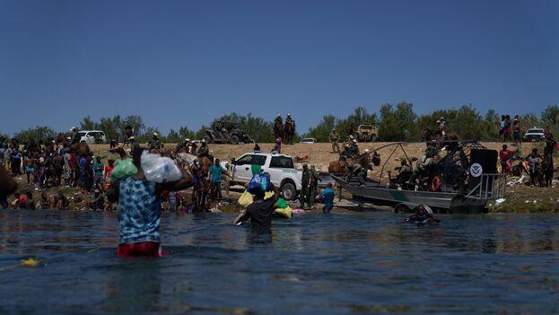 Agentes de la Patrulla Fronteriza de EE UU observan mientras migrantes intentan atravesar el Río Grande, desde la ciudad de Acuña, México, el pasado 20 de septiembre. (EFE/Allinson Dinner)