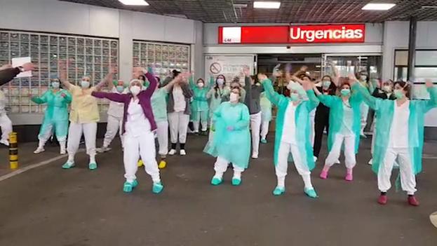 Un grupo de sanitarios del hospital La Paz de Madrid se grabaron bailando 'Resistiré' en la entrada de Urgencias antes de iniciar su jornada para motivarse. (Captura)