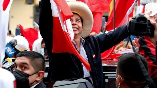 El candidato presidencial Pedro Castillo celebra junto a sus simpatizantes tras el reciente recuento de votos de las elecciones presidenciales, este lunes, en las calles de Lima (Perú). (EFE/ Paolo Aguilar)