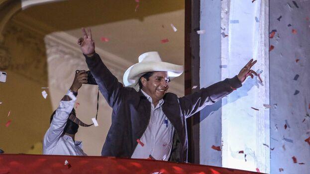 El candidato presidencial peruano Pedro Castillo saludó a sus seguidores en el balcón de la sede central de su partido, en Lima, tras proclamarse vencedor. (EFE)