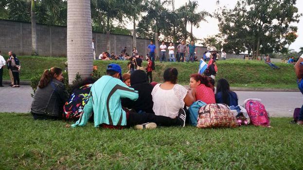 Una treintena de personas se reune en las inmediaciones de la estación de ómnibus de San Pedro Sula para iniciar la travesía a EE UU. (TN5Telenoticias)
