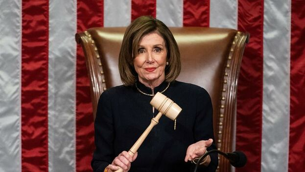 La presidenta demócrata de la Cámara, Nancy Pelosi, preside los votos para acusar oficialmente al presidente de los Estados Unidos, Donald Trump. (EFE/EPA/Jim Lo Scalzo)