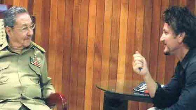Sean Penn y Raúl Castro durante la entrevista que mantuvieron en 2008 facilitada por Hugo Chávez. (Captura CNN)