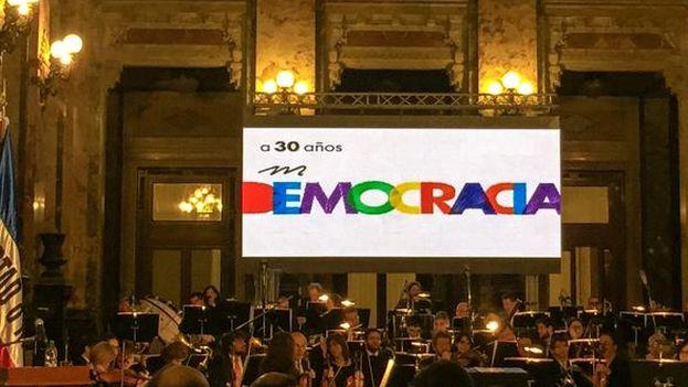 Música en el Salón de los Pasos Perdidos del Palacio Legislativo para celebrar 30 años de democracia en Uruguay. (@SoledadAcunia)