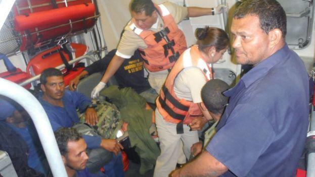 Personal de la Armada de México prestando apoyo a los siete cubanos llegados a la costa. (SEMAR)