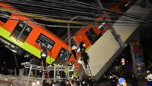 Personal de rescate busca heridos tras colapsar los vagones del metro esta noche, en la Ciudad de México. (EFE/Sáshenka Gutiérrez)