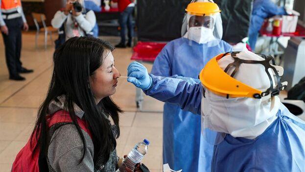 Personal médico realiza pruebas PCR en un aeropuerto. (EFE/José Jácome/Archivo)