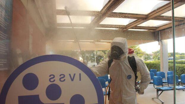Personal de saneamiento participa en una jornada de desinfección en un hospital venezolano. (EFE/ Johnny Parra/Archivo)