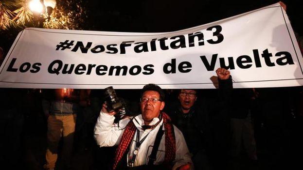 Personas participan durante una vigilia este martes frente al Palacio de Gobierno, en Quito, para pedir la liberación de los tres periodistas secuestrados. (EFE)