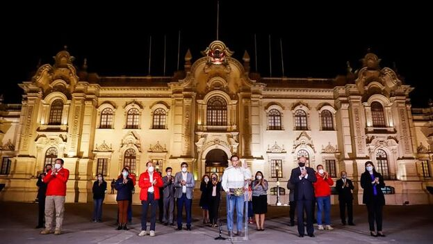 El presidente de Perú, Martín Vizcarra, mientras anuncia públicamente que acepta la decisión del Congreso y dejará Palacio de Gobierno, este lunes en Lima, Perú. (EFE/Presidencia del Perú)