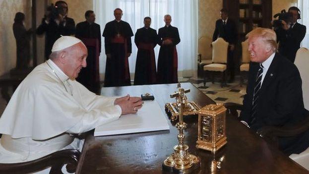 Pese a las diferencias ideológicas, Francisco y Donald Trump mantuvieron un encuentro más largo de lo habitual para el jefe del Estado vaticano con sus homólogos. (EFE)