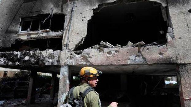 Un oficial israelí inspecciona los daños causado por un milsil lanzado desde Gaza sobre la ciudad de Petah Tikva, en Israel. (EFE/EPA/Abir Sultan)