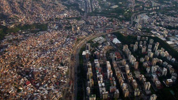 La favela de Petare, la más grande de América Latina es escenario en las últimas semanas de enfrentamientos entre vecinos a favor y en contra de Maduro. (EFE)