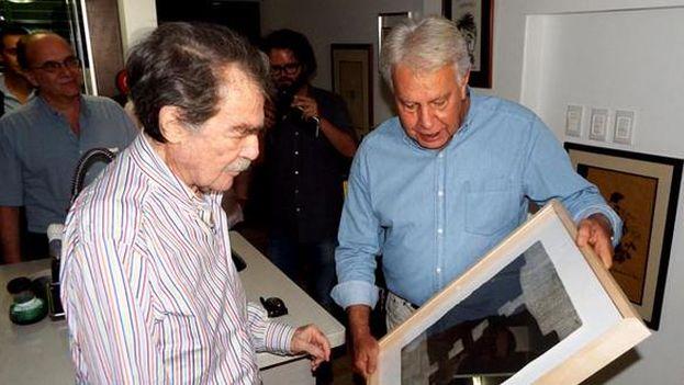 Petkoff recibe el Ortega y Gasset de manos de González. (@Talcual)