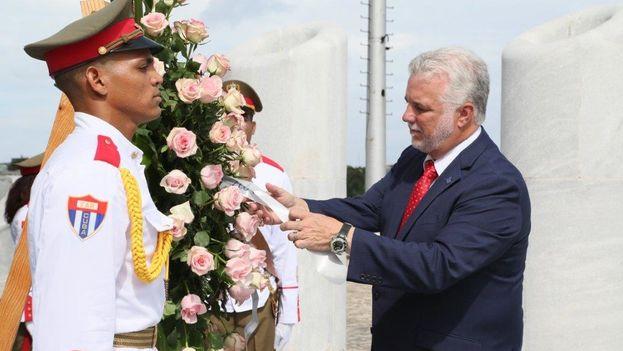 Philippe Couillard realiza la tradicional ofrenda a José Martí en su visita a La Habana. (@Minrex)