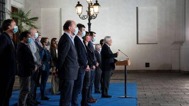 Piñera este domingo tras conocerse el castigo recibido por su Gobierno en las urnas. (EFE)