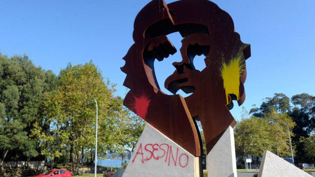 Pintadas en la estatua del Che en la ciudad gallega de Oleiros. (La Opinión A Coruña)