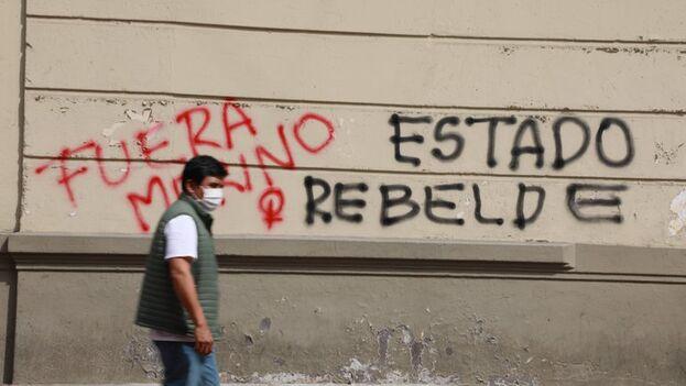 Pintas realizadas por manifestantes contra el nombramiento de Manuel Merino tras la destitución de Martín Vizcarra, en el centro histórico de Lima, Perú. (EFE/Juan Ponce Valenzuela)