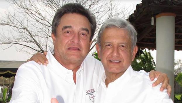 Pío López Obrador, a la izquierda, junto a su hermano, el presidente de México. (Latinus/captura)