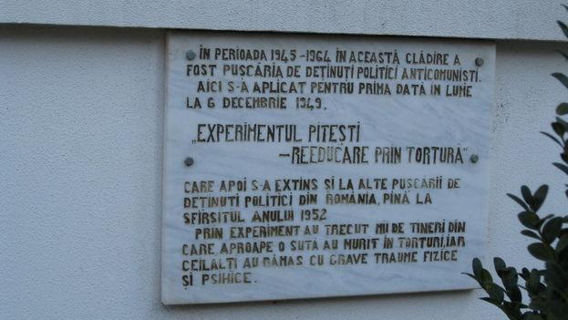 """Placa en la prisión rumana de Pitesti, una de las que llevaron a cabo el plan de """"reeducar mediante la tortura"""" durante los años más negros del régimen comunista. (Wikimedia Commons)"""